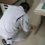 床にあるコンセントは、ガムテープで防水