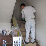 階段もスポンジでゴシゴシ